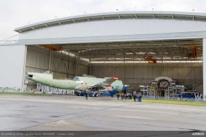 BelugaXL verlässt den Hangar in Toulouse