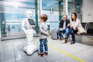 KI-Roboter von IBM spricht mit Besuchern am Flughafen