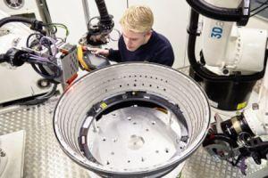 LHT fährt automatisierte Rissinspektion an Triebwerken
