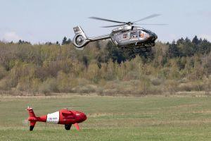 H145 fliegt MUM-T mit ferngesteuertem Hubschrauber
