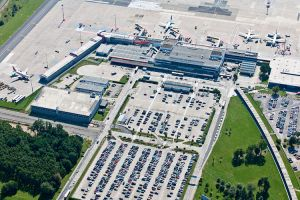 Ausbildungsmesse zu Berufen am Flughafen in Berlin