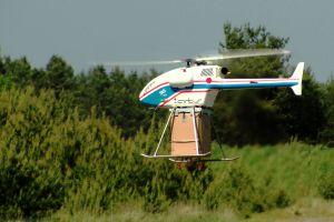 Helikopterdrohne für Abwurf von Hilfspaketen im Test