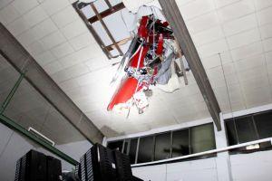 Extra 330 SC stürzte nach Start durch Hallendach