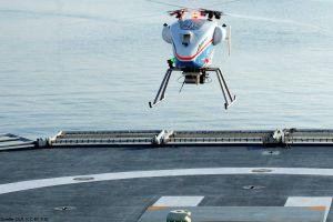 Helikopterdrohne landet mit Magnetanker auf Schiff