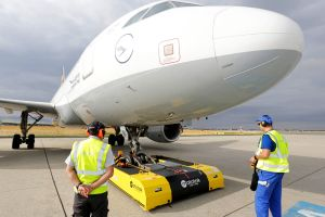 Flugzeuge per Pushback-Fahrzeug ferngesteuert