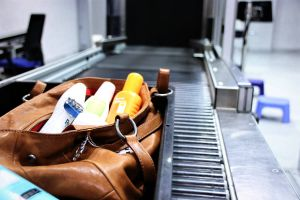Wer noch abreist: Behältnisse im Fluggepäck beachten