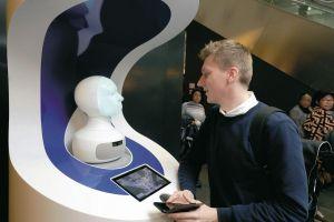 KI-Roboter FRAnny antwortet Reisenden am Fraport