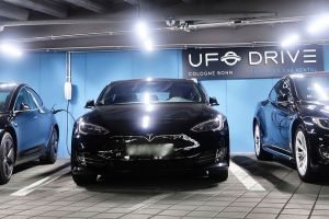 Tesla Model S Limousinen ab Köln Bonn Airport