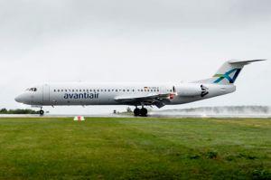 avantiair wartet Fokker 100 am Airport PAD