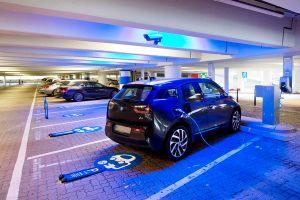 Mitarbeiter am Flughafen Hamburg tanken gratis Strom