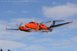 Messflugzeug kalibriert Flughäfen von Hamburg