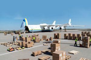 Antonov An-225 Mrija liefert Atemschutzmasken