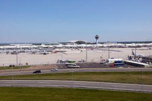 Flughafen München: Passagierbetrieb mit Mundschutz