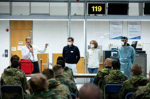 Soldaten am Flughafen helfen Pflegern zu Corona