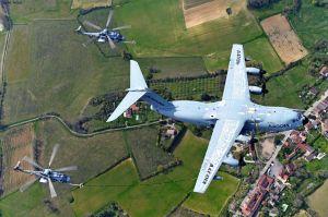 A400M betankt mehrere Hubschrauber im Flug