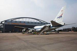 Boeing 747SP mit Loch im Flugzeugbauch bei der Wartung