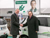 DEKRA betreibt Elektrofahrzeug am Stuttgarter Flughafen