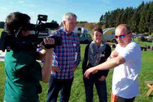 Himmlische Scheckübergabe: Spendenaktion in 4 km Höhe