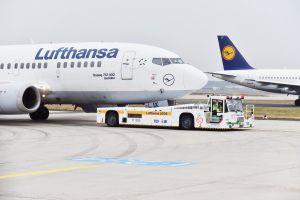Test: Diesel-elektrischer Schlepper rangiert Großraumflugzeuge zur Startbahn