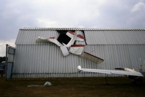 Flugschüler stürzt mit UL auf Flugzeughalle