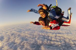 Tandemmasterin bringt die Männer am Fallschirm nach unten