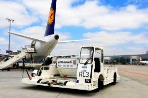 Pkw und Containertransporter mit Stromantrieb beim Fraport