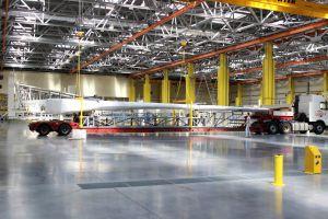MC-21-Flügel aus Verbundwerkstoff beim Stabilitätstest